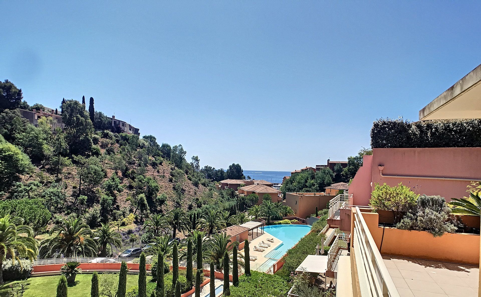 Penthouse in magnificent surroundings with sea view and pool  in Théoule-sur-Mer