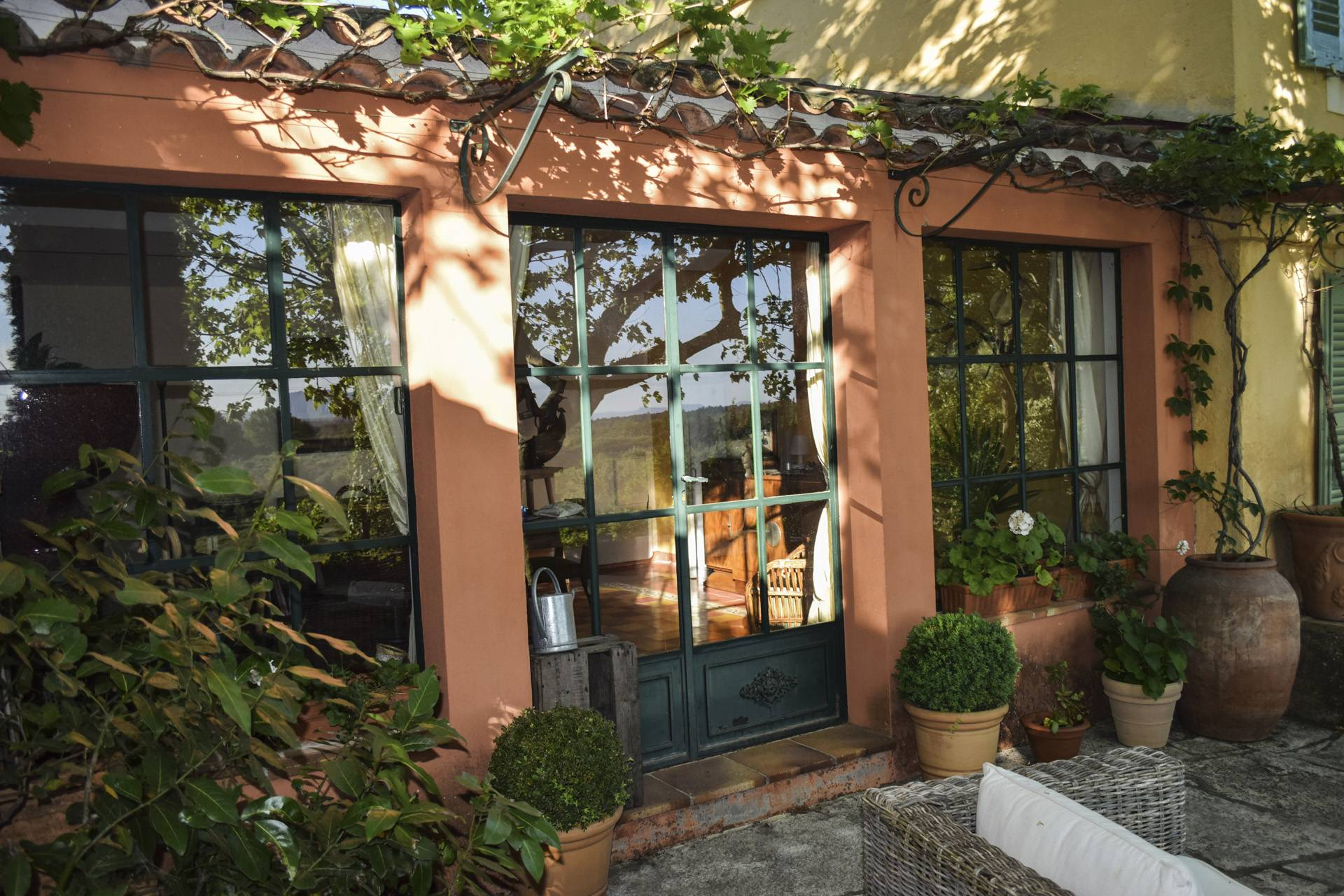 winter garden renovated country house on 8 ha, swimming pool, caretaker's house, aups var, provence