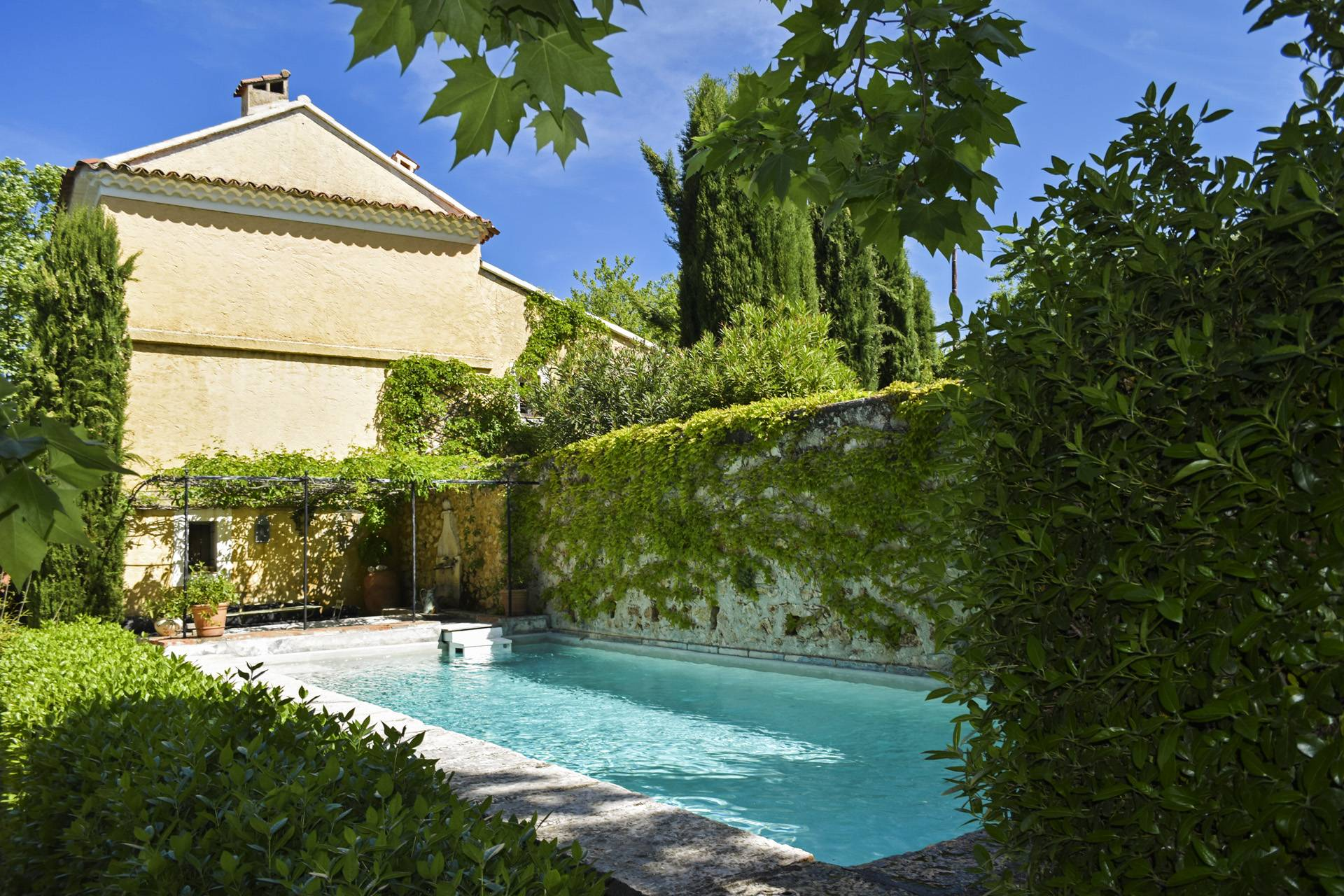 old bassin swimming pool renovated country house on 8 ha, swimming pool, caretaker's house, aups var, provence