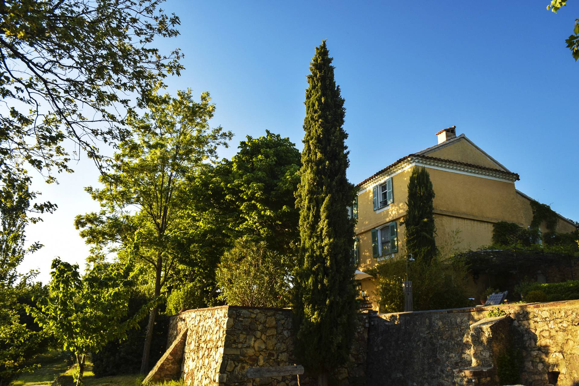 east facade renovated country house on 8 ha, swimming pool, caretaker's house, aups var, provence
