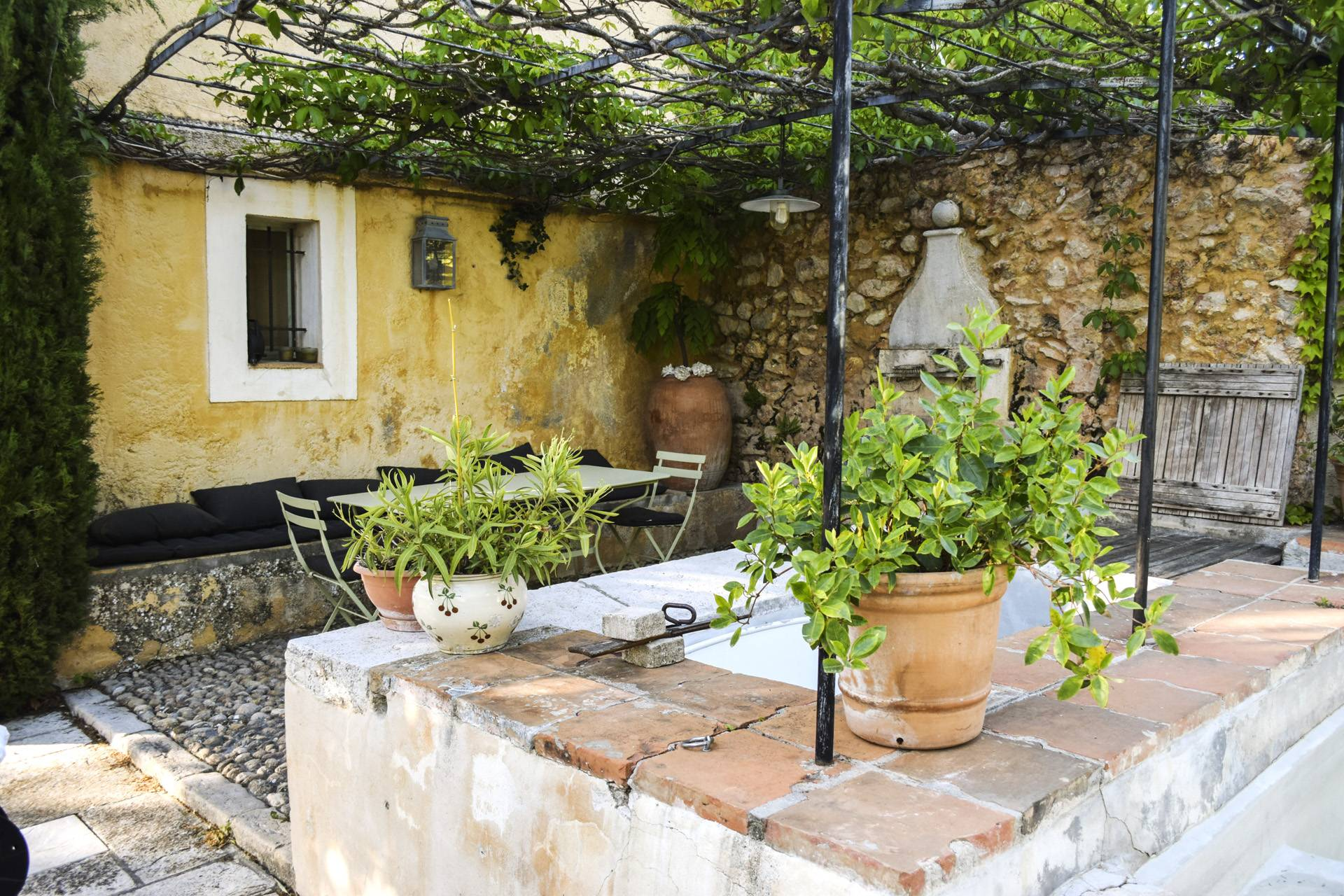 fontain corner renovated country house on 8 ha, swimming pool, caretaker's house, aups var, provence