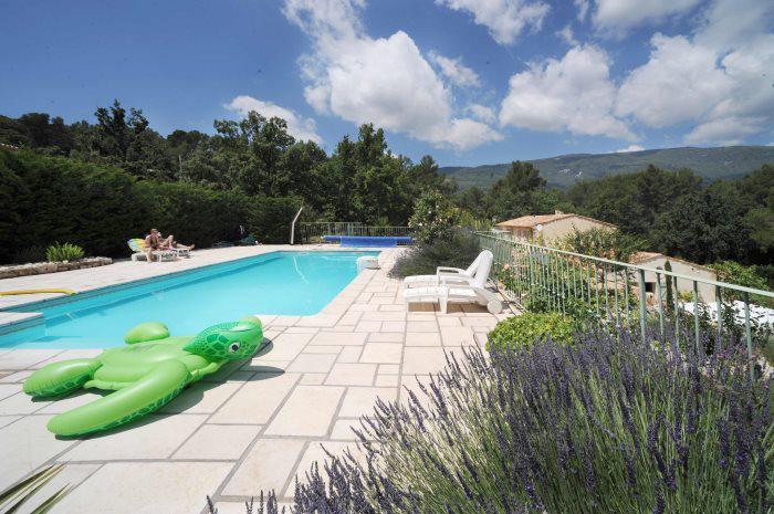 Fayence area : property with 3 appartments