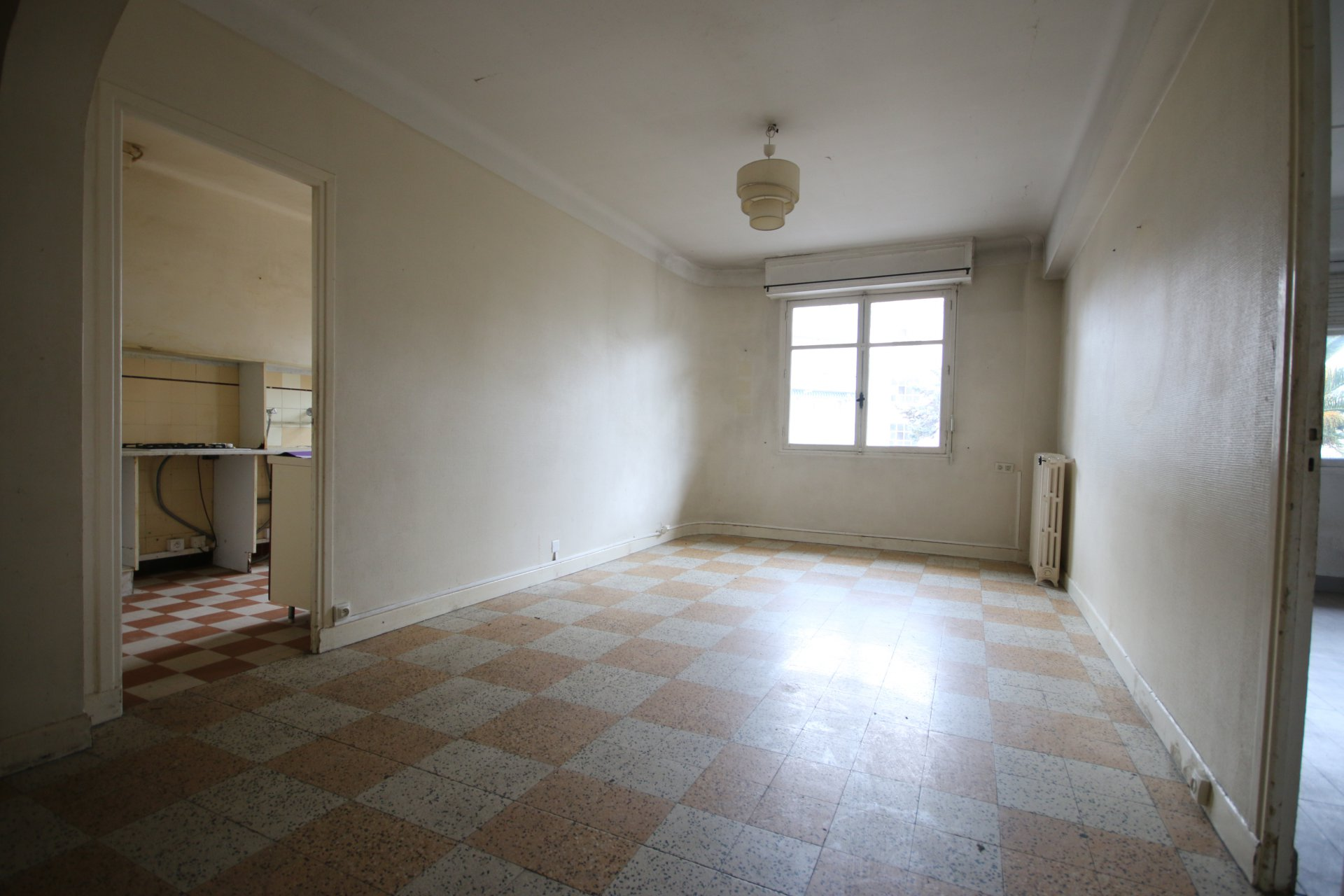 Large 2 rooms near amenities to renovate