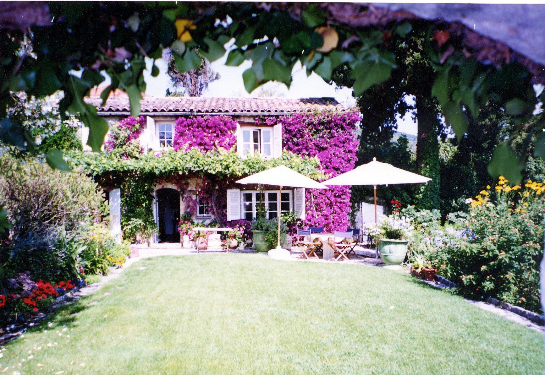 Face au village de Saint-Paul et bénéficiant d'une trés belle vue, maison de charme . petite maison d'amis