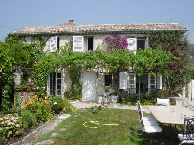Facing the village of Saint-Paul with a beautiful view, charming house and small guest house