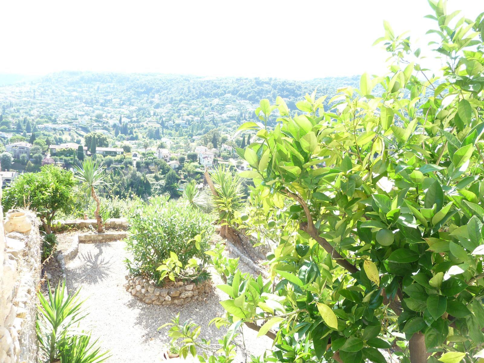 Dans le vieux village, maison de 3/4 pieces impeccable avec jardin vue superbe