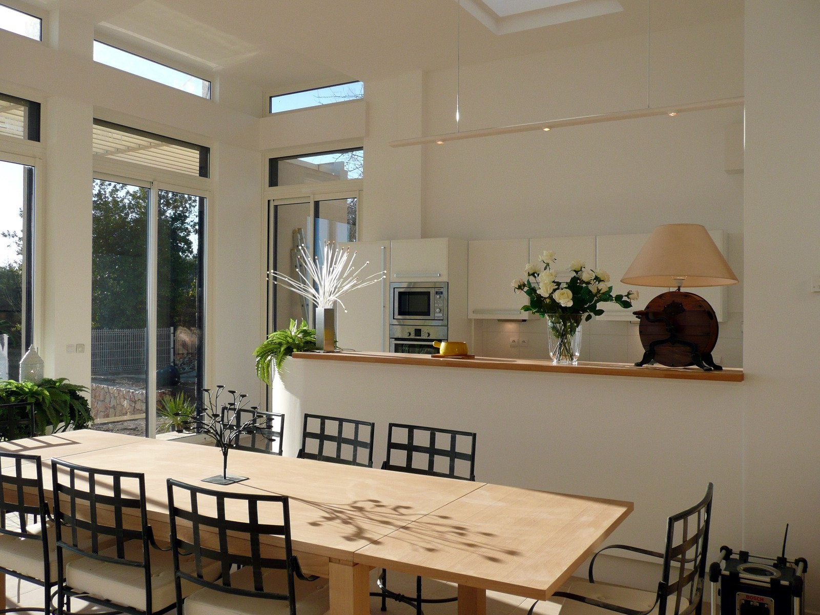 Vence, dans un quartier résidentiel, grande  maison moderne, bénéficiant d'une superbe vue panoramique