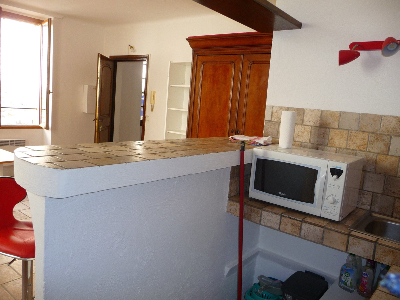 In the village of St. Paul, lovely bright studio, in very good condition,