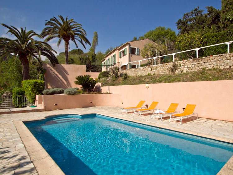 SAINT-PAUL-DE-VENCE In a quiet area, renovated villa with a very nice view of the countryside