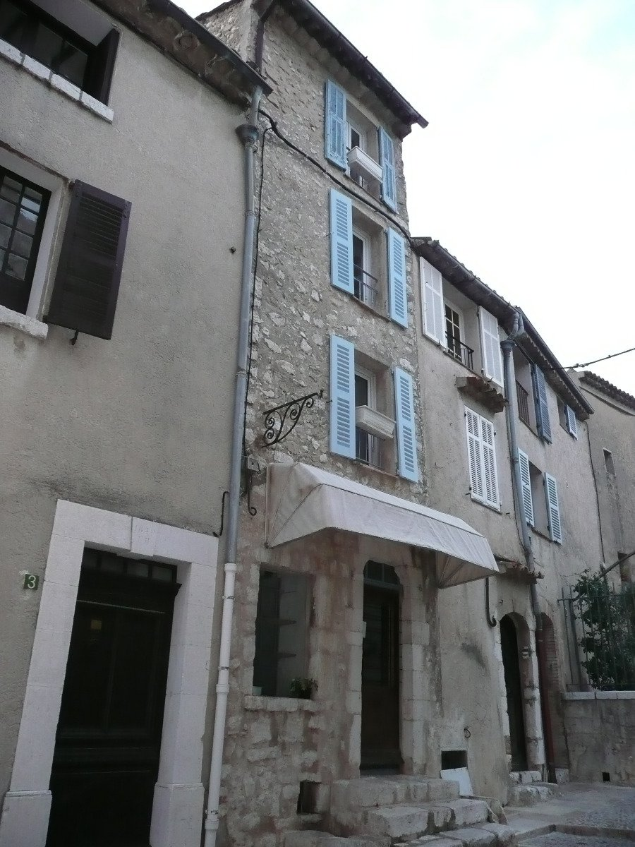 At the highest point of Saint-Paul, charming village house with terrace on several levels