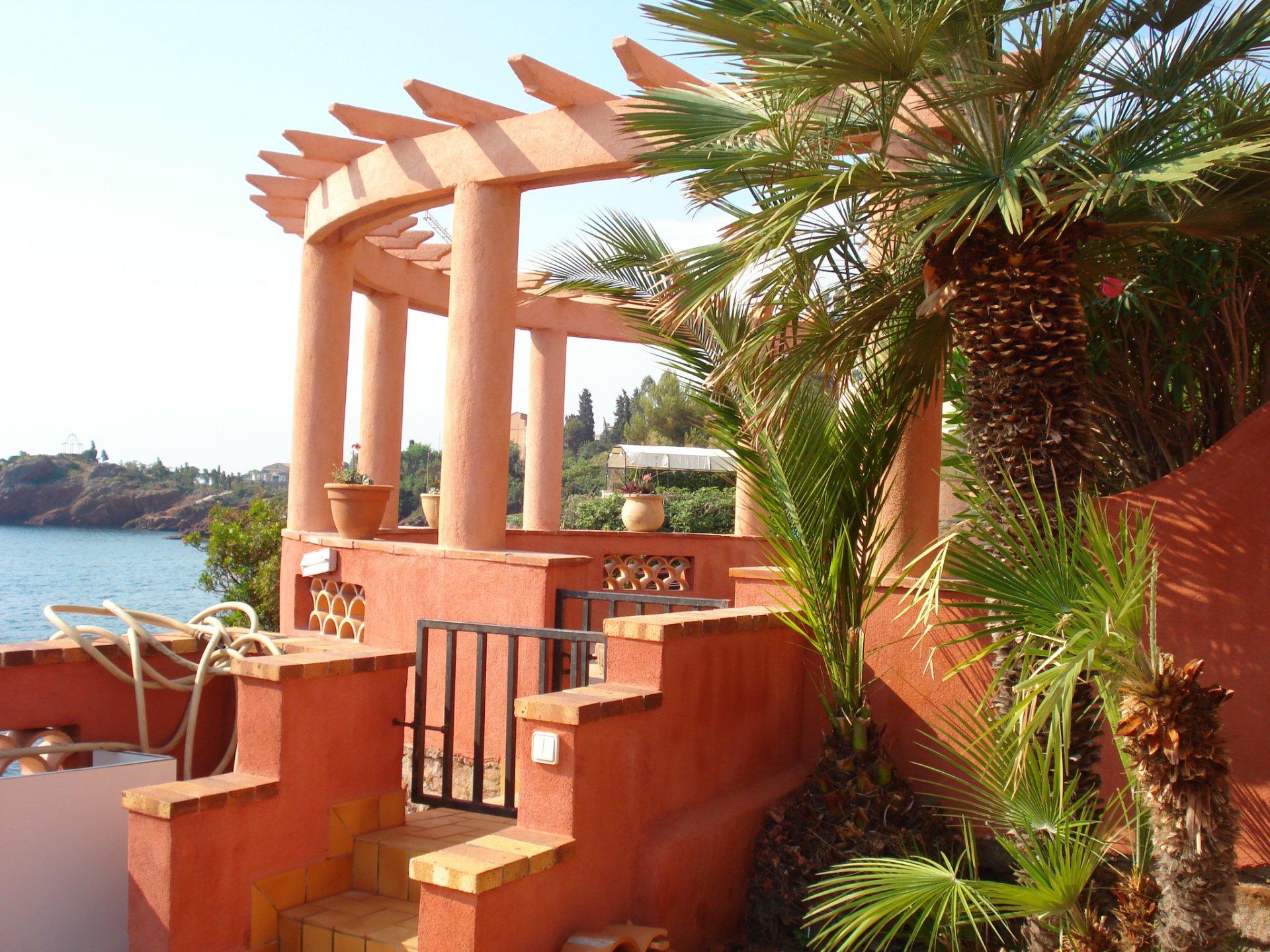 Villa los pies en el agua 15 piezas.   En Théoule-sur-Mer, Villa de los pies en el agua 350 m² con vista panorámica al mar con orientación sur-este, en muy buen estado. La villa dispone de 11 habitaci