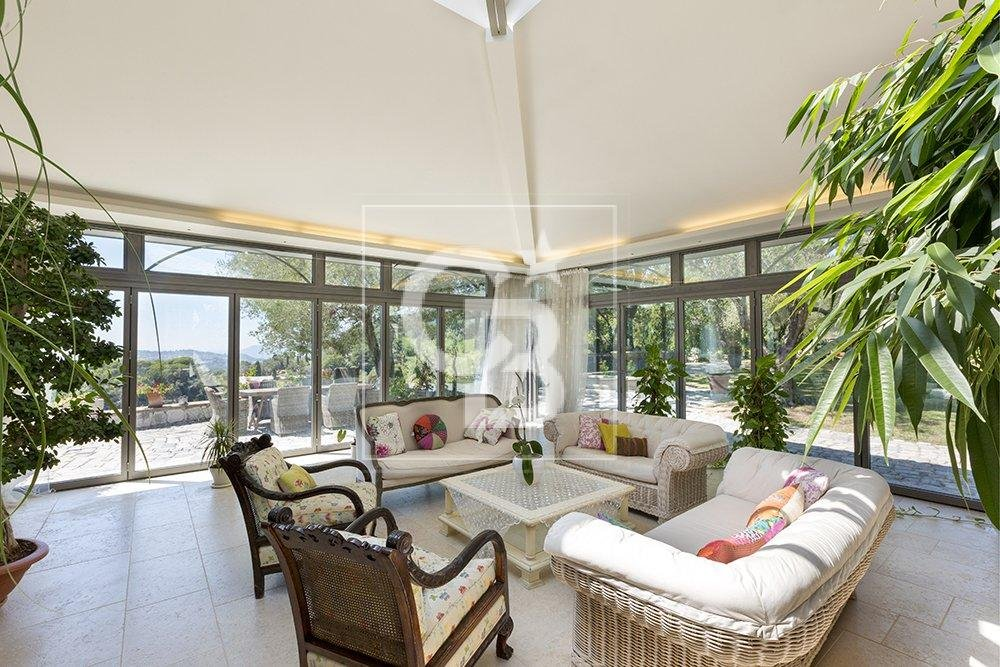 Stunning property with seaview and walking distance to Mougins village