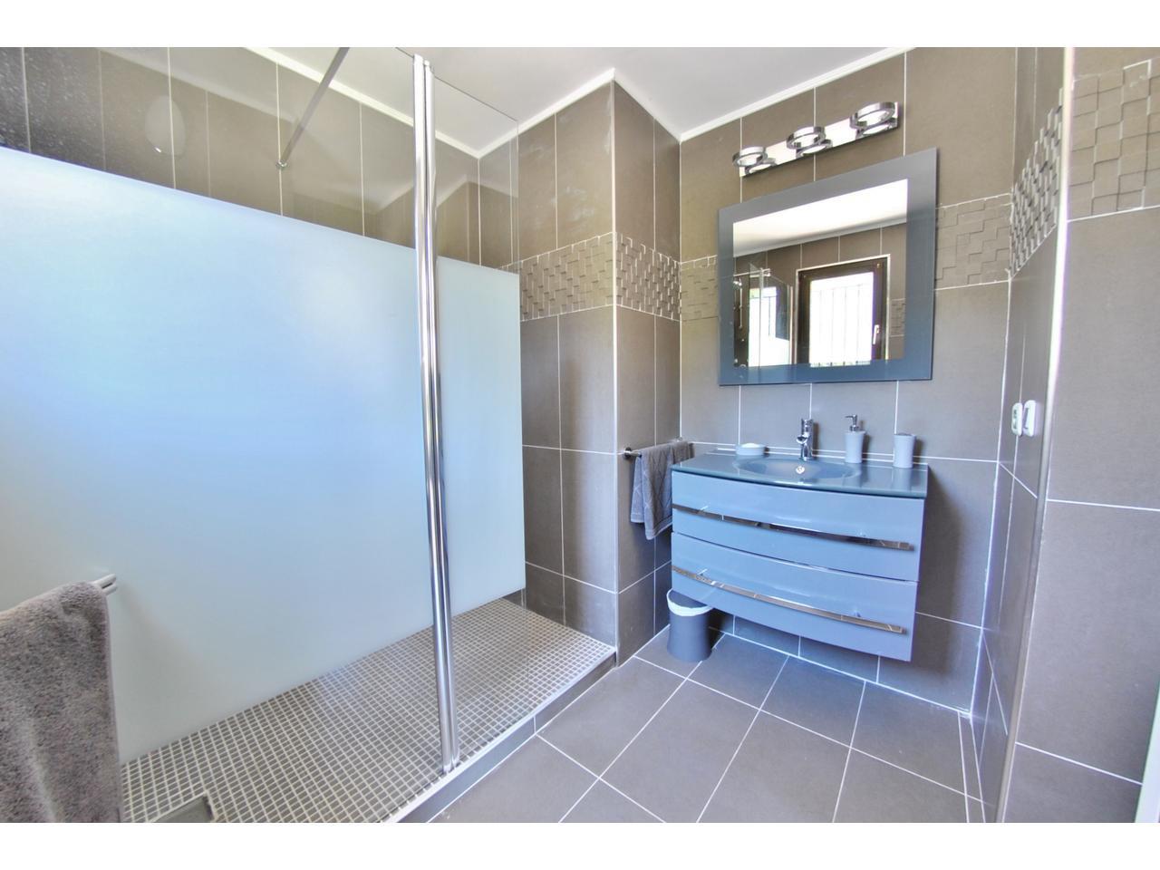 Ensuite bathroom - SDB chambre 1