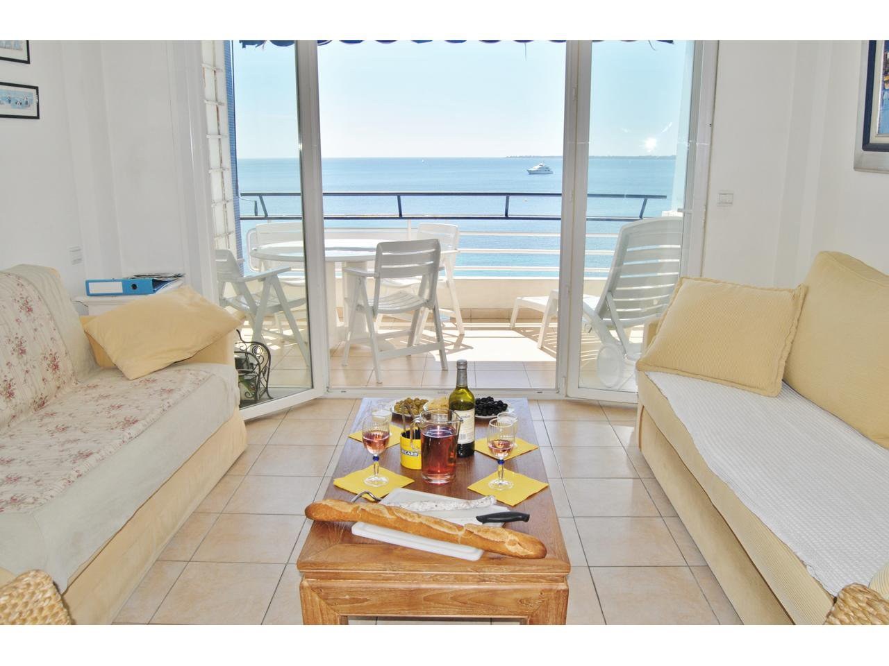 Seafront 1 bedroom apartment for 4 people with parking and WIFI