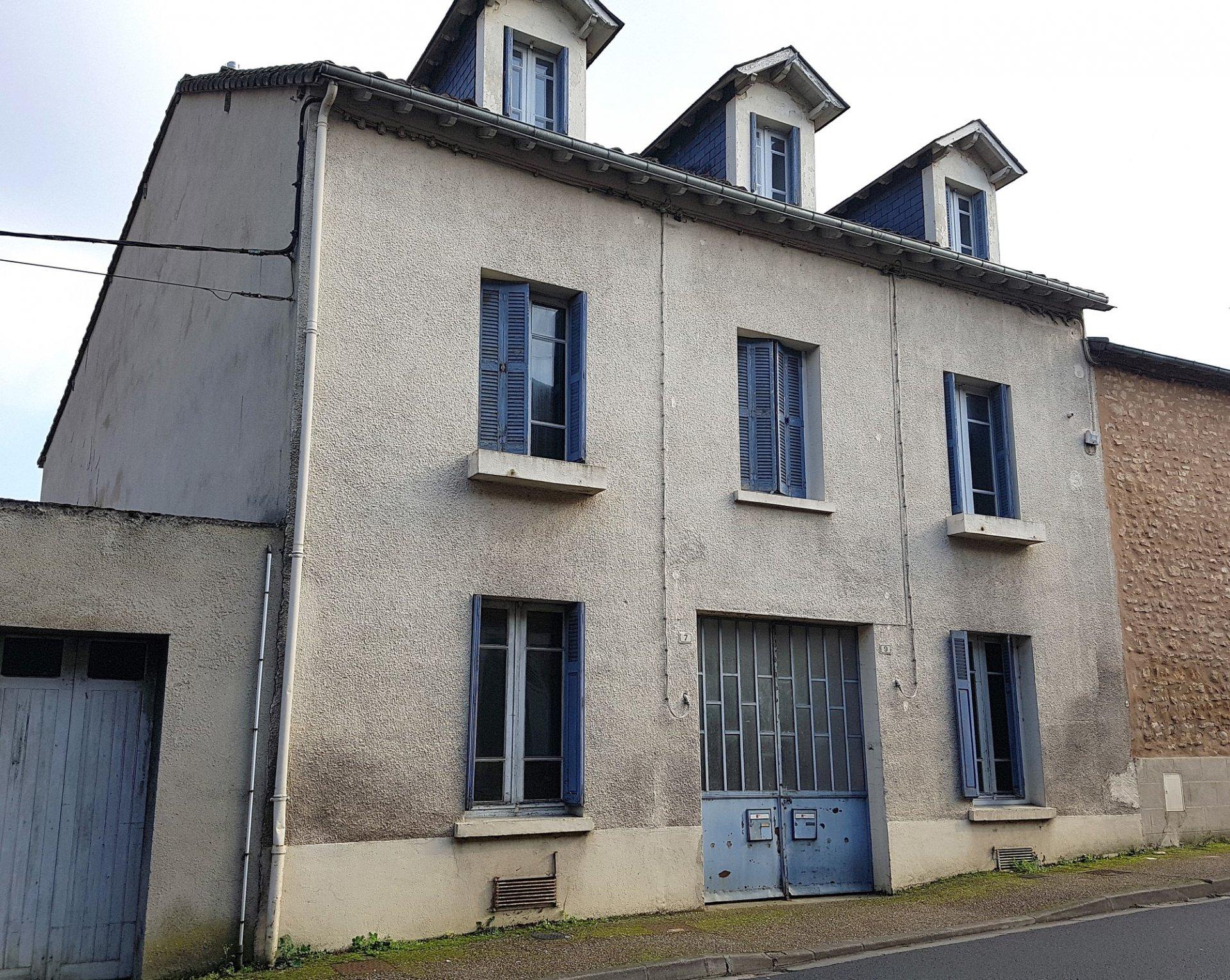Deux maisons avec garages et cour au centre St. Savin