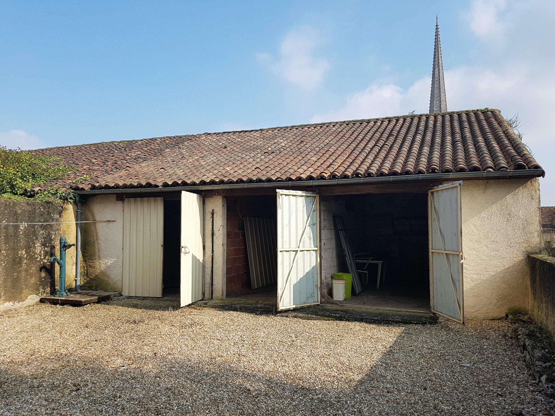 Twee huizen met garages en binnenplaats in het centrum van St. Savin
