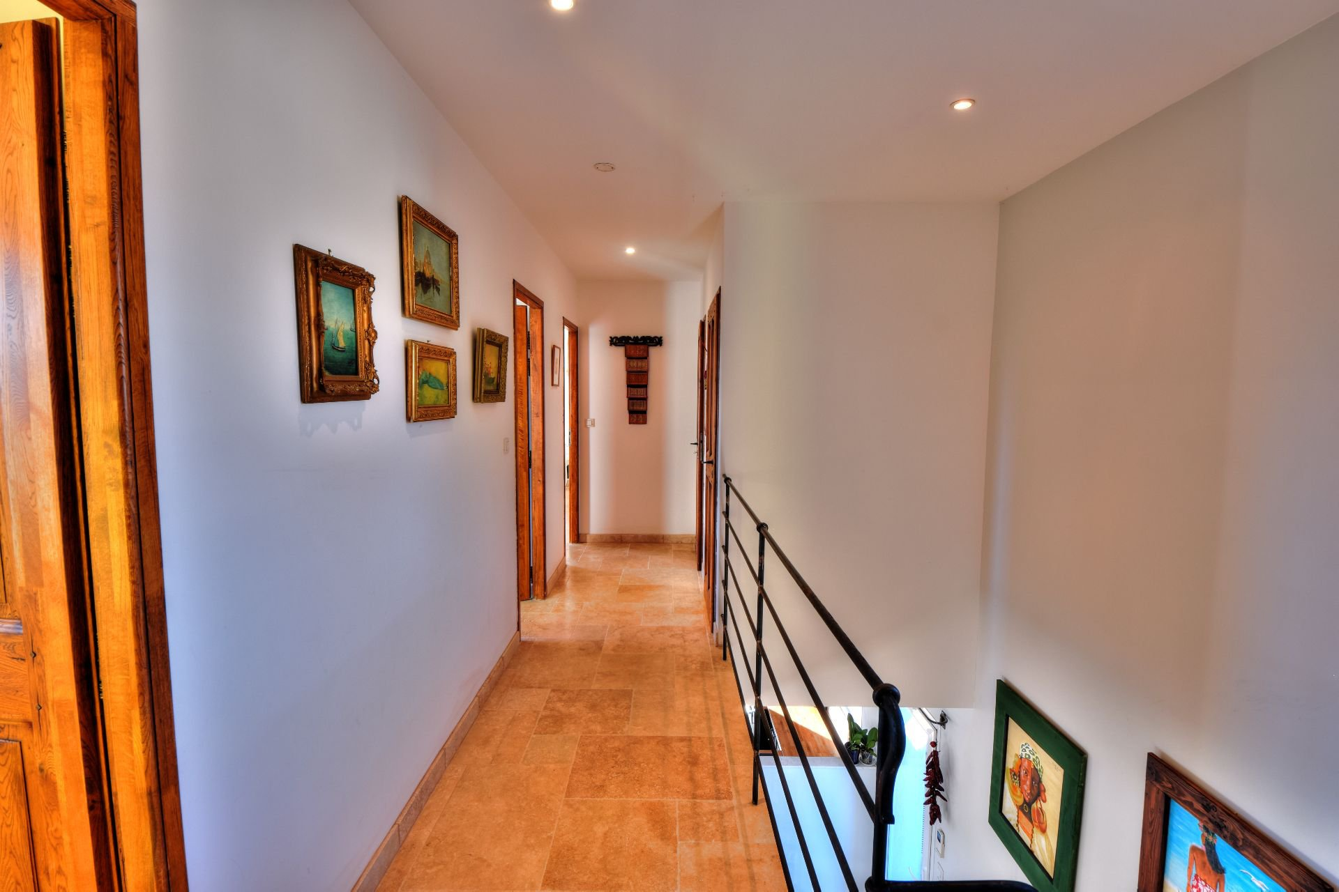 102/5000 Corridor of access to the rooms on the first floor of the bastide 4 bedrooms with swimming pool Aups, Var, Provence