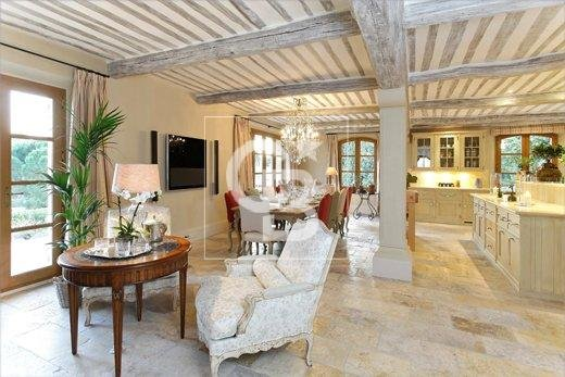 Stunning property in the heart of Mougins village with panoramic Seaview