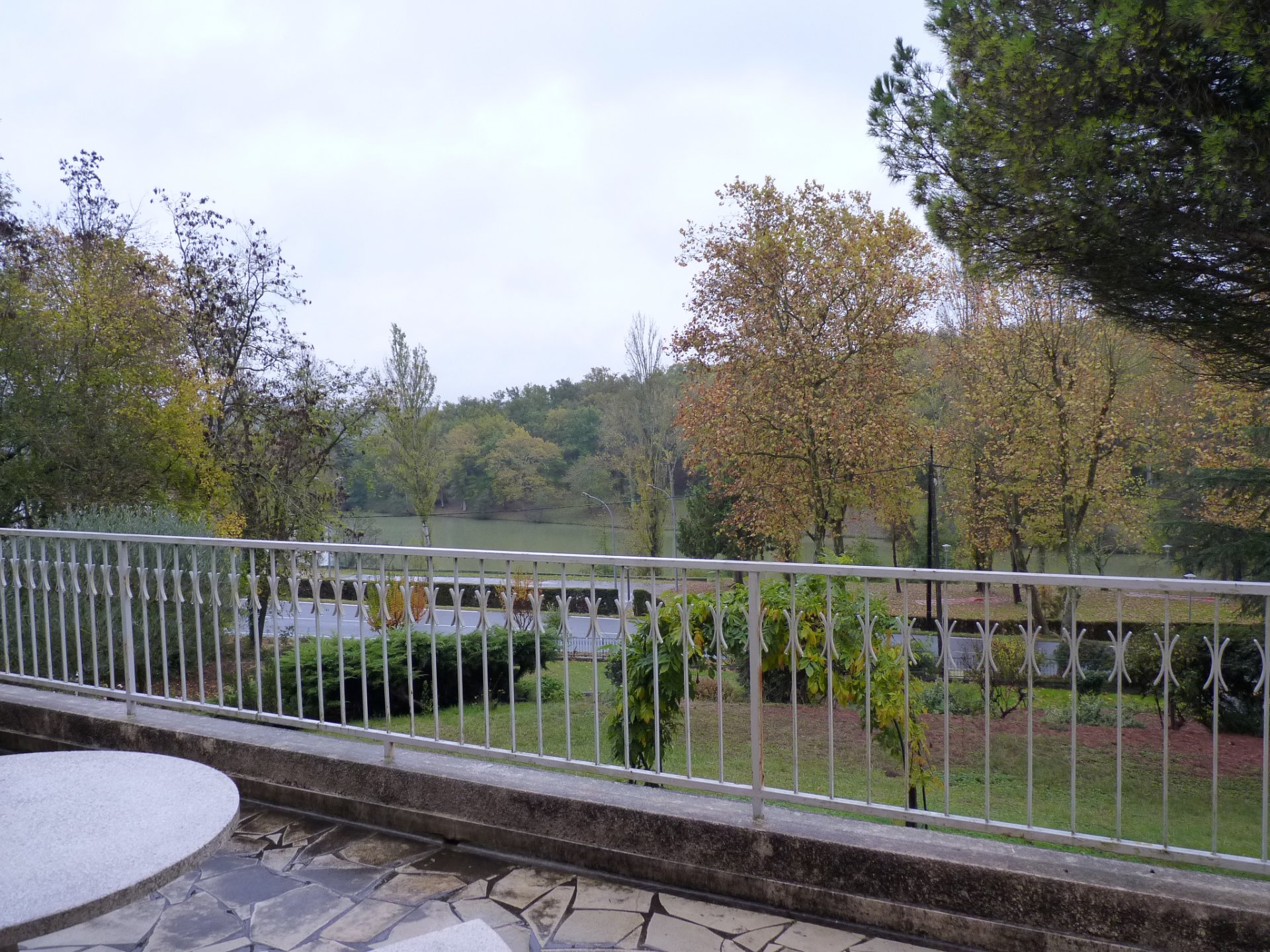Large house, center Boulogne overlooking the lake and the Pyrenees