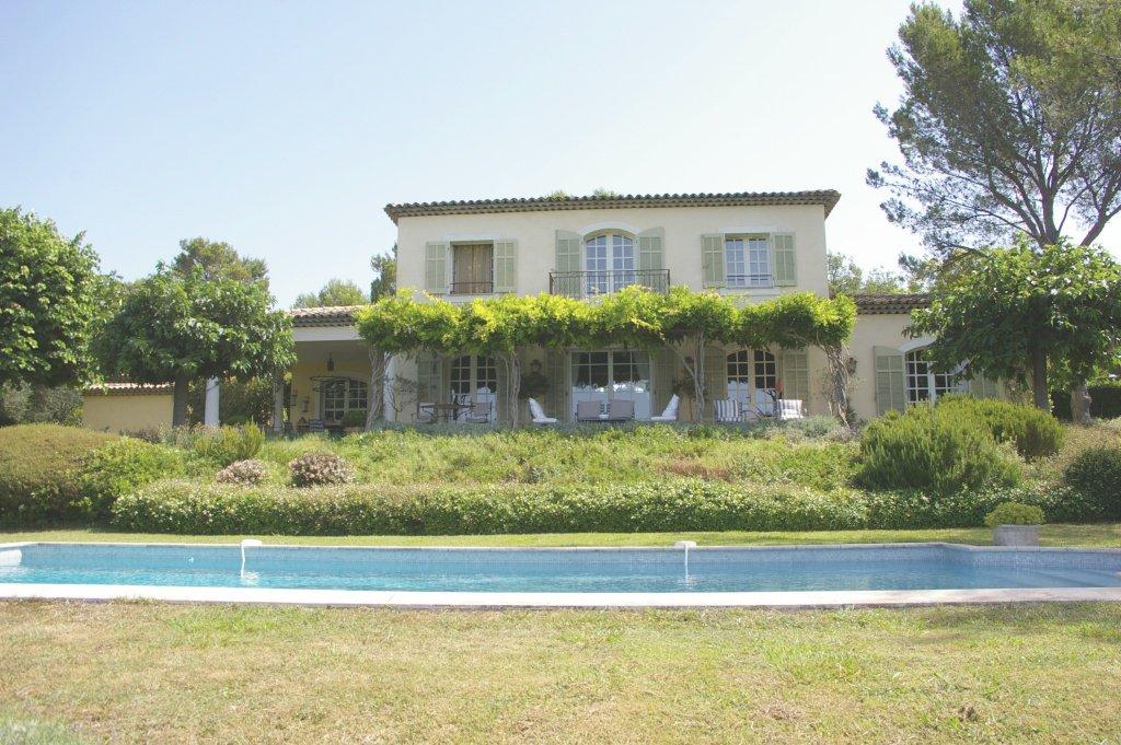 Belle maison avec vue panoramique et située dans un domaine fermé
