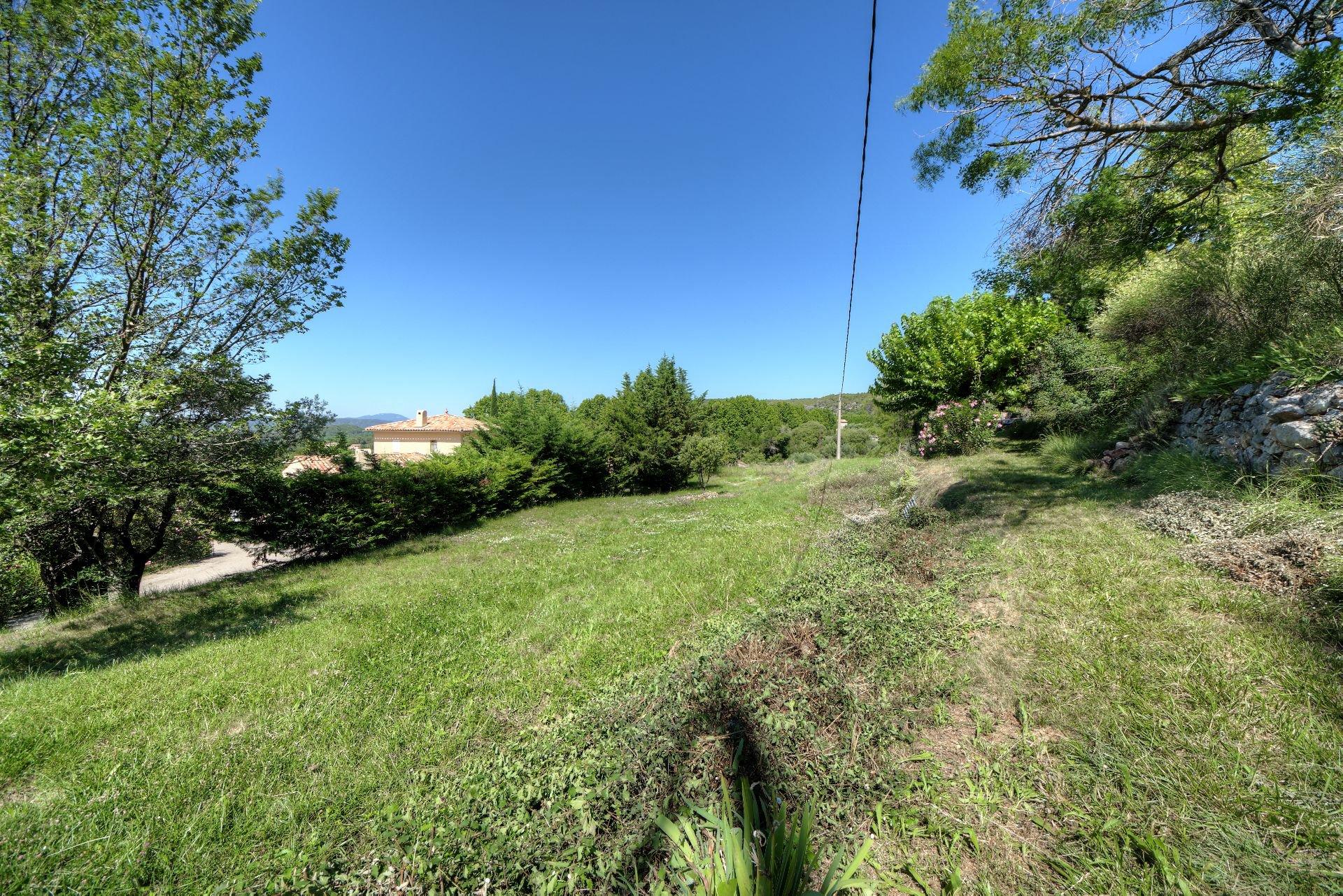 Joli terrain à pieds du village Villecroze Var Provence