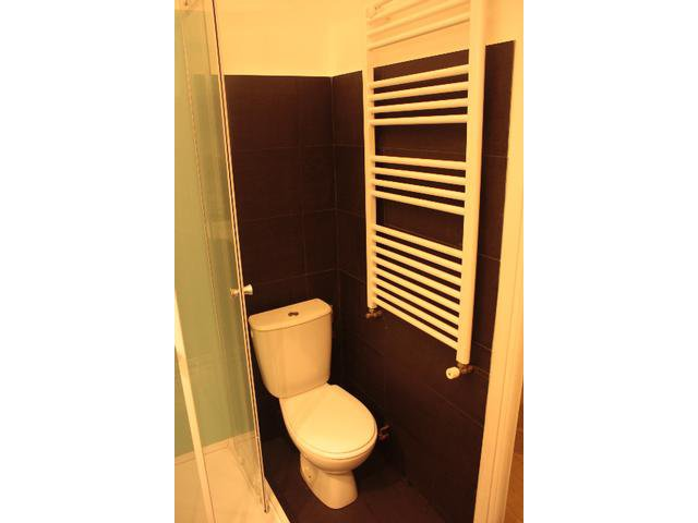 Salle de douches avec wc