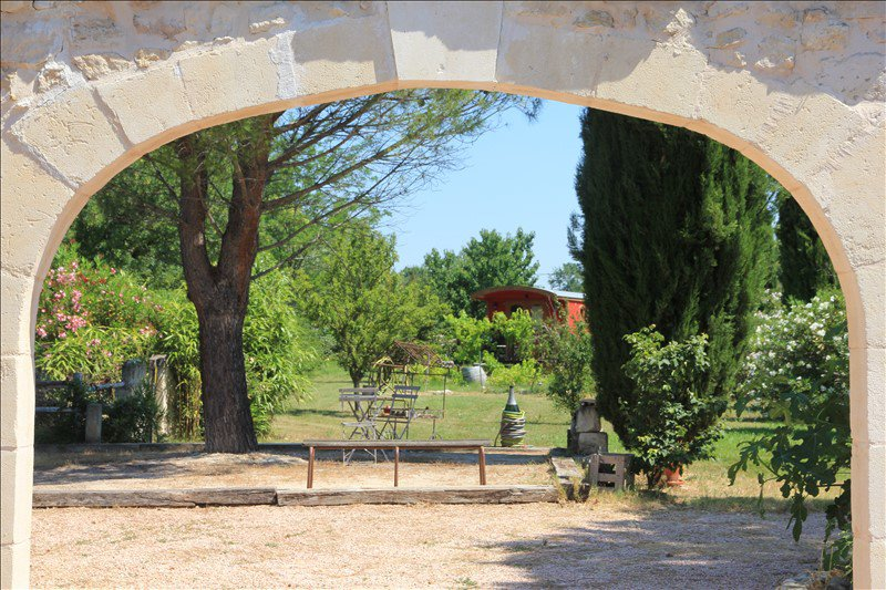 Charming house in a country environment close to Arles