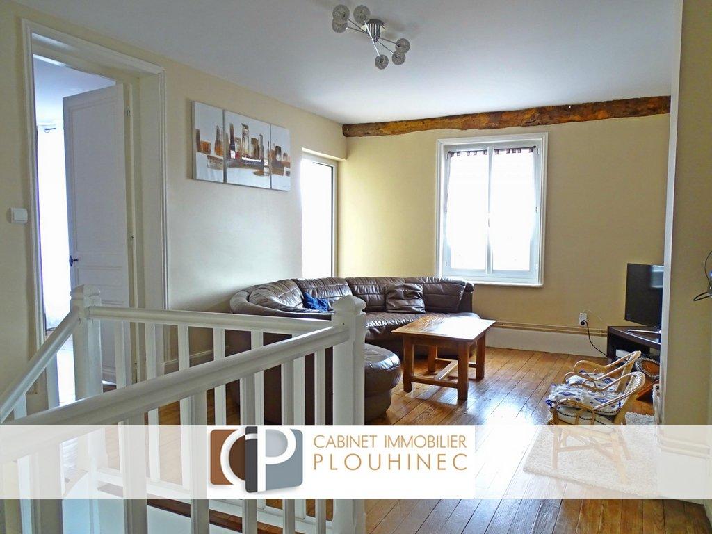 Amoureux des belles rénovations alliant modernité et charme de l'ancien, cette maison est pour vous.  Composée en rez-de-chaussé, d'une cuisine entièrement équipée, d'une belle salle à manger avec cheminée ancienne, d'un coin bureau pouvant servir de chambre d'amis, et d'une partie pouvant servir d'atelier attenant à une buanderie, vous saurez appréciez la clarté de cette maison. Au premier niveaux vous pourrez y trouver un salon chaleureux et lumineux desservant deux grande chambres. L'une donnant sur un grand balcon et possedant son coin dressing et sa salle de douche privative , l'autre avec un volume de 19m2 possède une salle de bain et un dressing. Le tout donnant une une belle cours dans un quartier calme et tranquile.