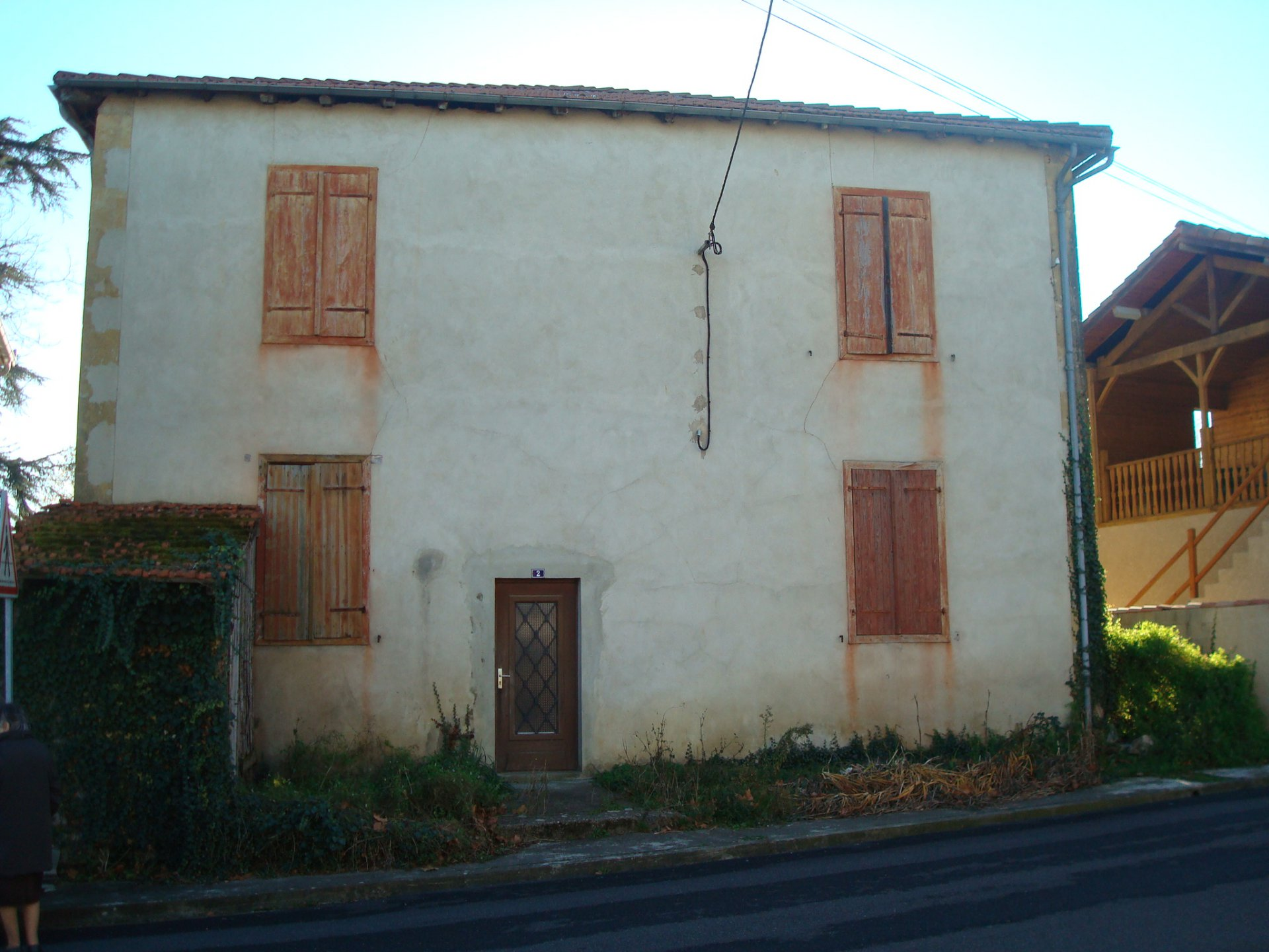 Large house divided into 4 apartments to renovate in Boulogne sur Gesse