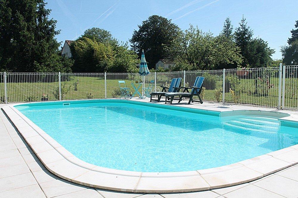 La Trimouille 86: grande maison avec gite, studio et piscine