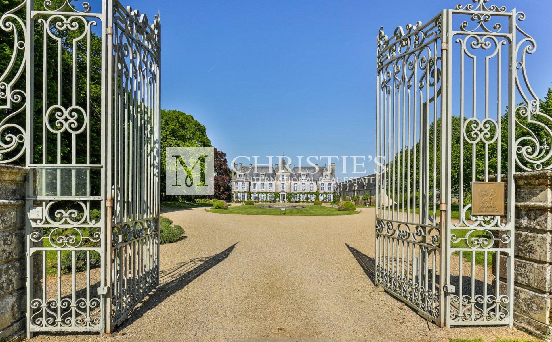 MAGNIFICENT C18TH CHATEAU FOR SALE NEAR CURZAY-SUR-VONNE