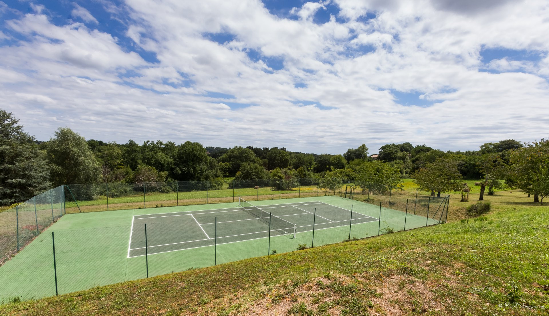 CAMBES PROPRIETE SUR 2.5 HA TENNIS PISCINE