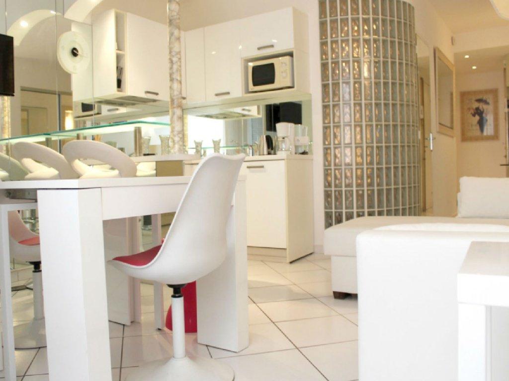 cannes location meublee 2 pieces proche croisette. Black Bedroom Furniture Sets. Home Design Ideas