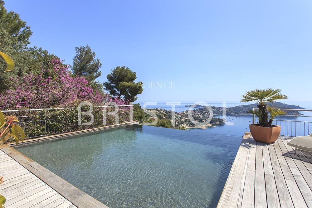 Property for sale overlooking the panoramic sea view on the Cap Ferrat and the Bay of Villefranche