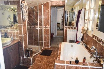Salle de bains de la Bergerie en pierre autonome bargemon Var Provence