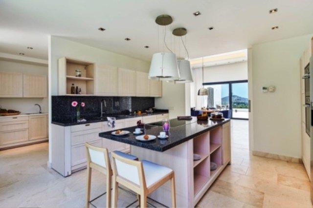 Natural light, kitchen bar, kitchen island