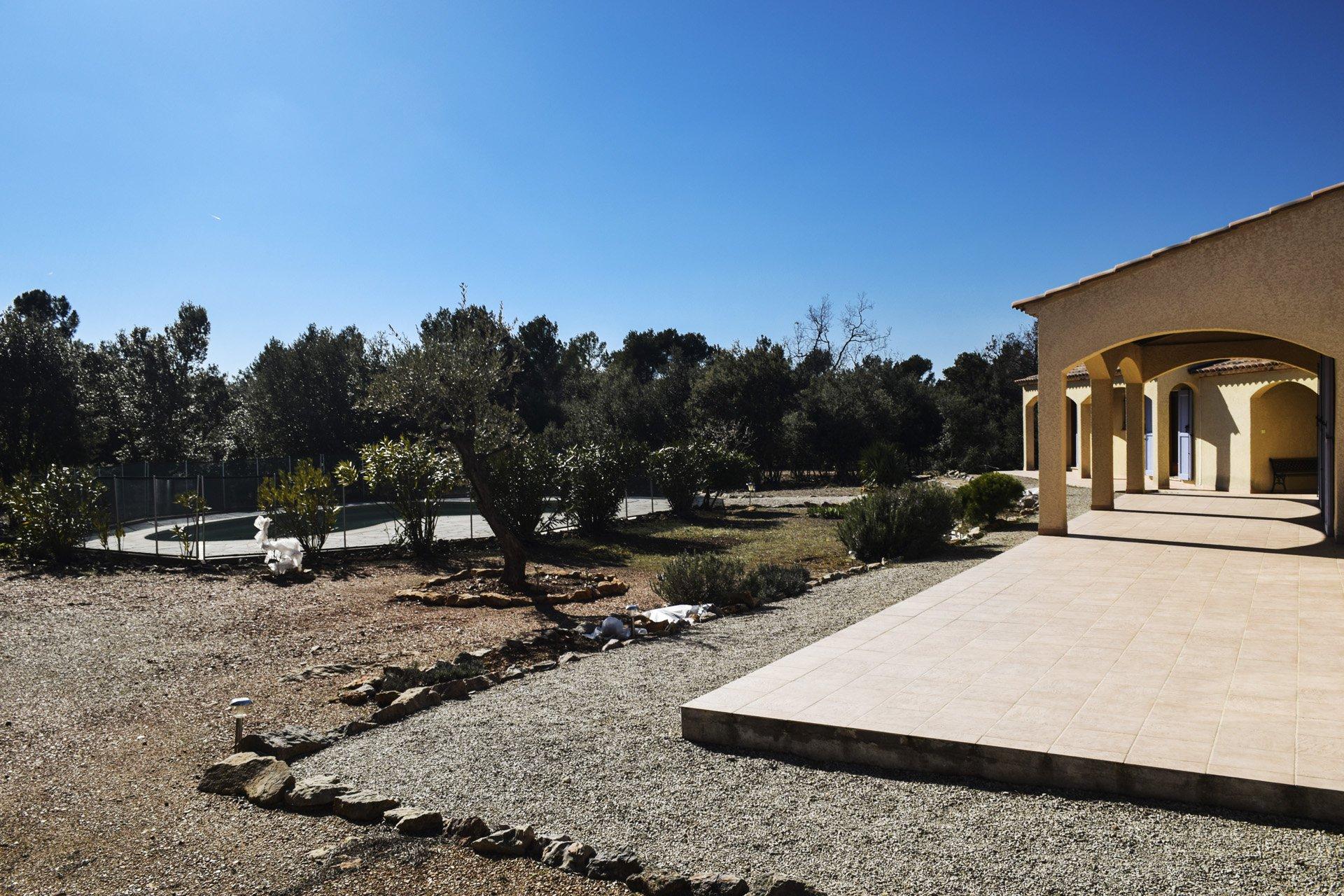 vue piscine villa récente 5 chambres, piscine, appartement indépendant, moissac bellevue, var provence