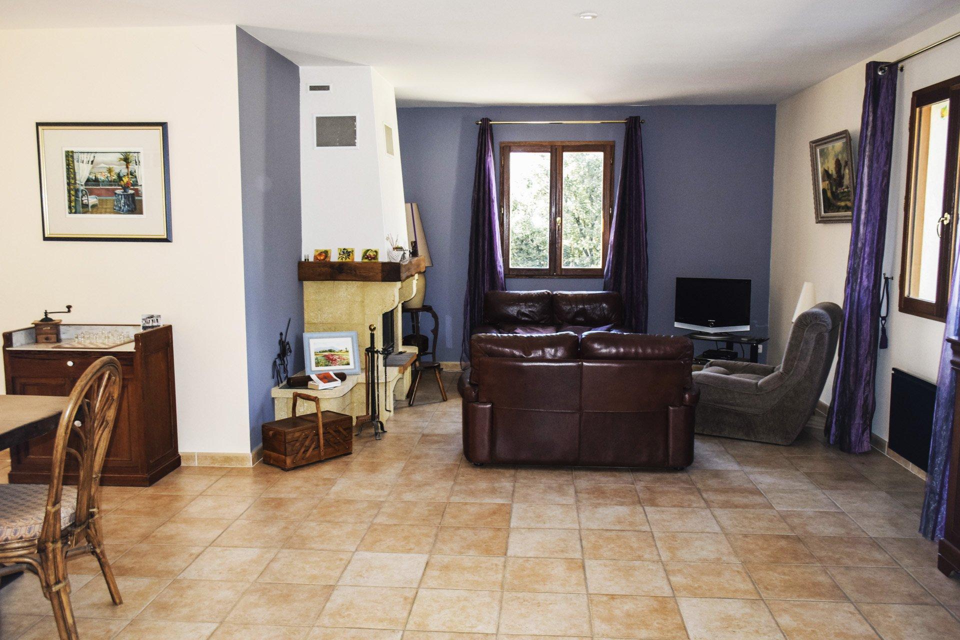 séjour cheminée de la villa récente 5 chambres, piscine, appartement indépendant, moissac bellevue, var provence