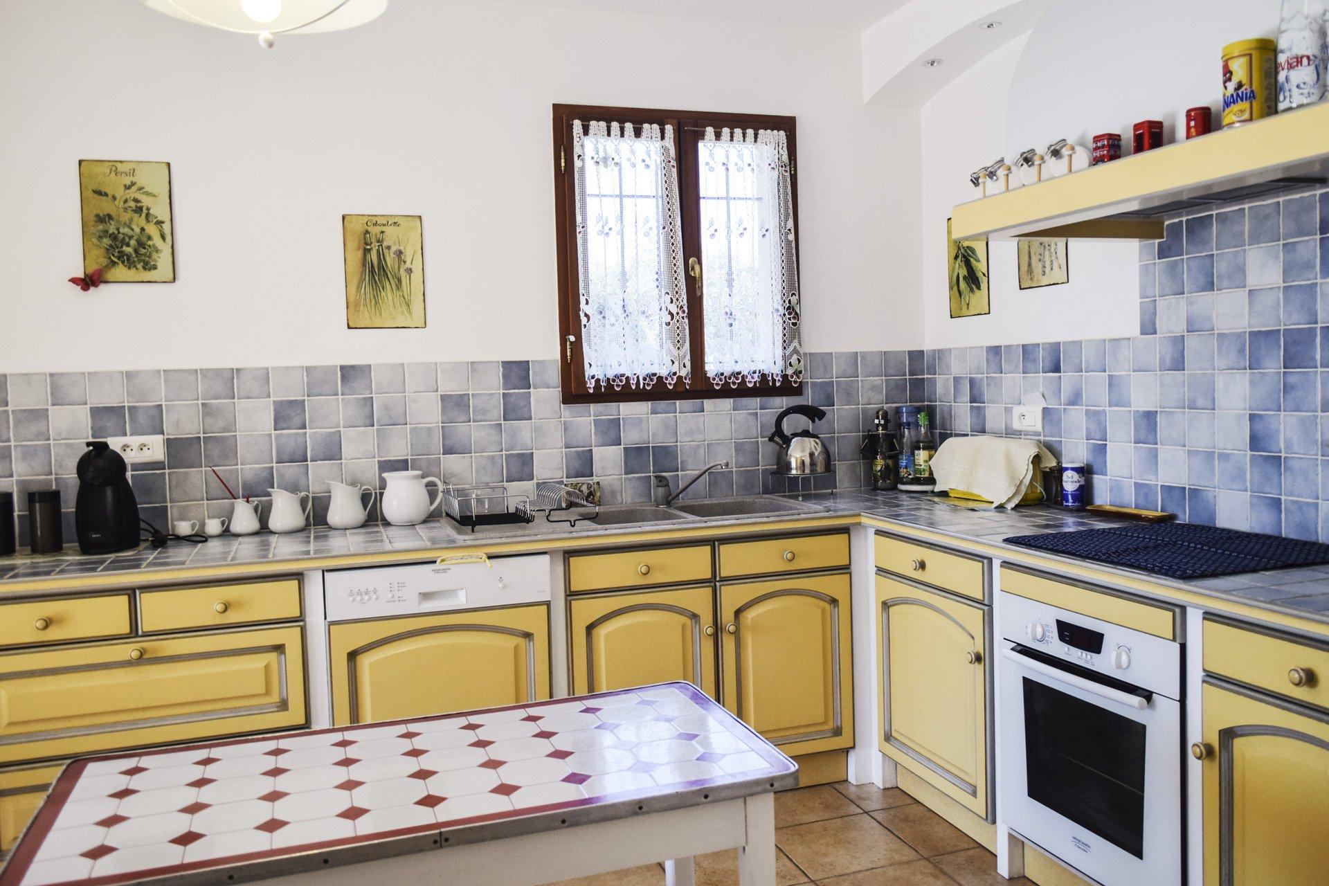 cuisine de la villa récente 5 chambres, piscine, appartement indépendant, moissac bellevue, var provence