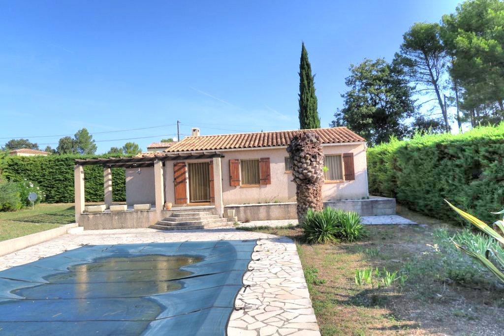 House with pool and garage, nice neighbourhood