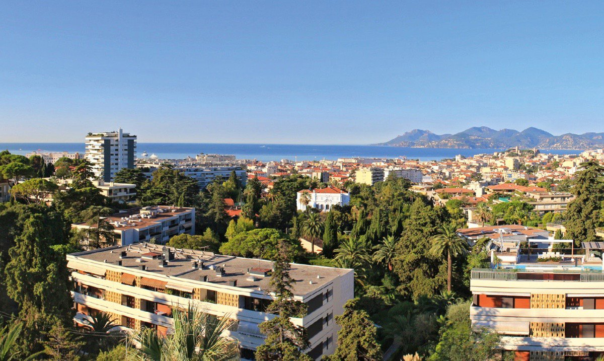 Cannes french riviera luxury 3 bed apartment with sea for Swimming pool bed