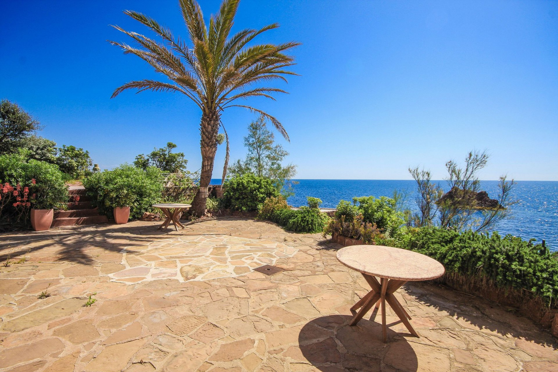 WATERFRONT PROPERTY BETWEEN CANNES & ST RAPHAEL
