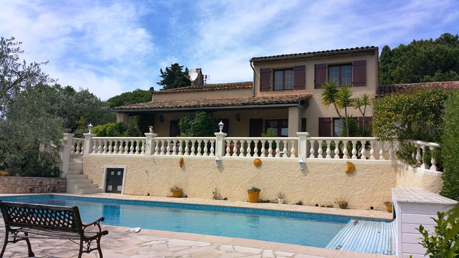 Fayence: large house close to the village